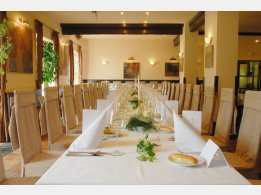 """Svatební tabule """"T"""" v restauraci"""