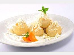 Meruňkové knedlíky s tvarohem, rozpuštěným máslem a cukrem